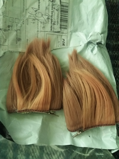 The wig is an opaque blonde color, it is heavy, has lots of hair, i'm a chaneque xd so i get to my knees, long and pretty, but i'm afraid something easy gets tangled up, he hoped that already using it isn't how i'm afraid, but everything is the same as de